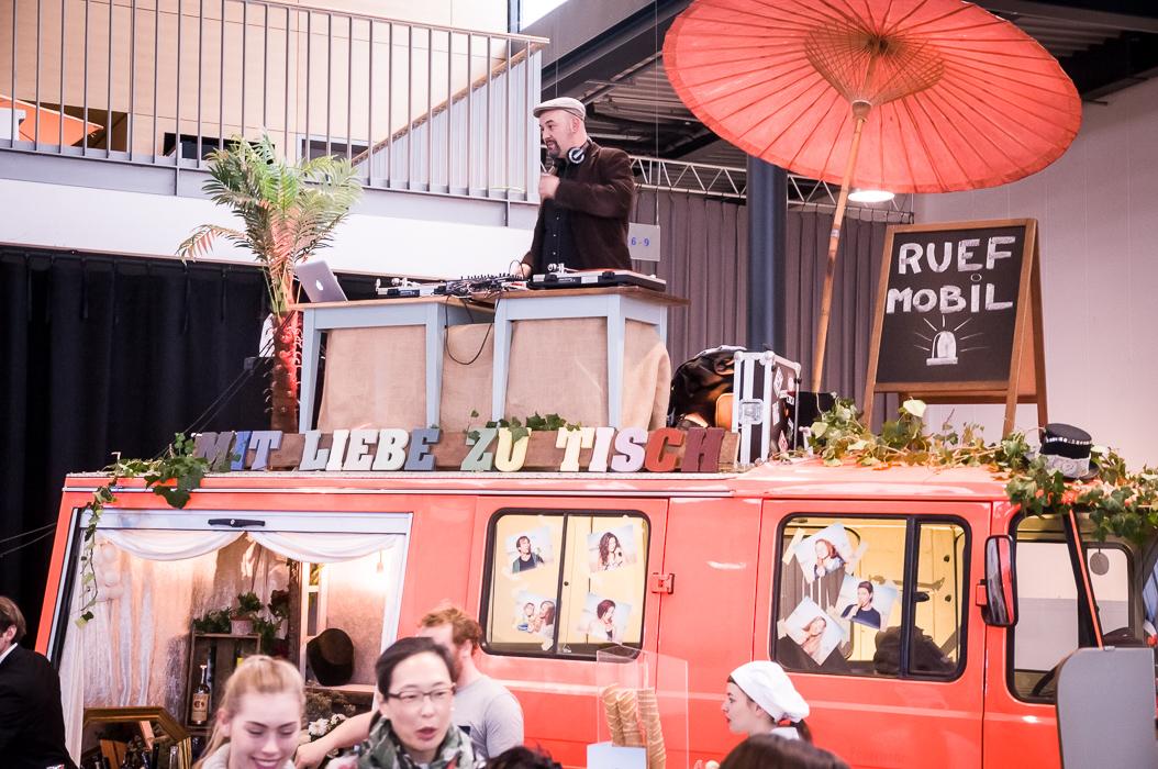 Der DJ legt Musik für die Hochzeitsferer auf. Sein DJ Pult steht auf einem alten und liebevoll dekoriertem Feuerwehr LKW.