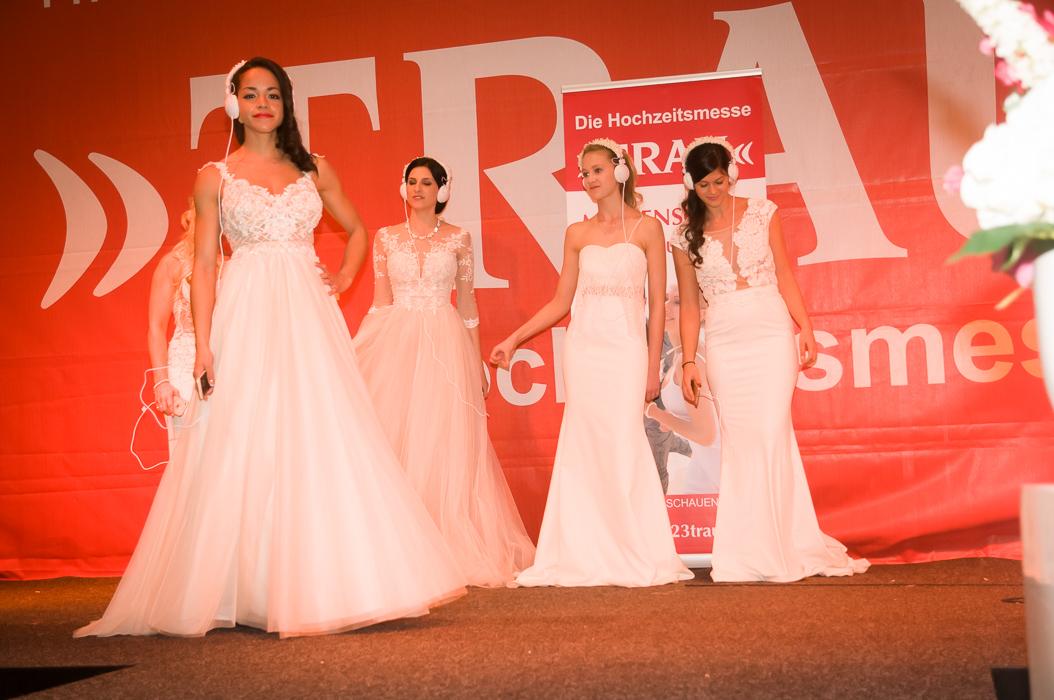 Braut-Model auf der Hochzeitsmesse Trau bei der Modenshow