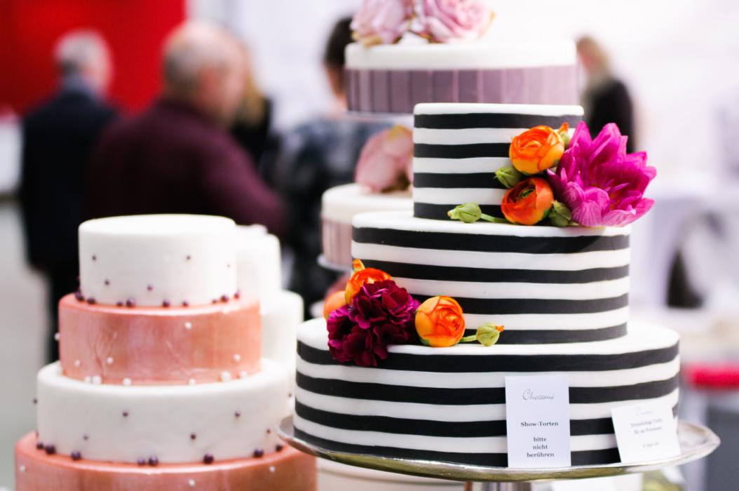 Hochzeitstorten auf der Hochzeitmesse. sehr schöne Deko. Festliche Stimmung bei der Hochzeit.