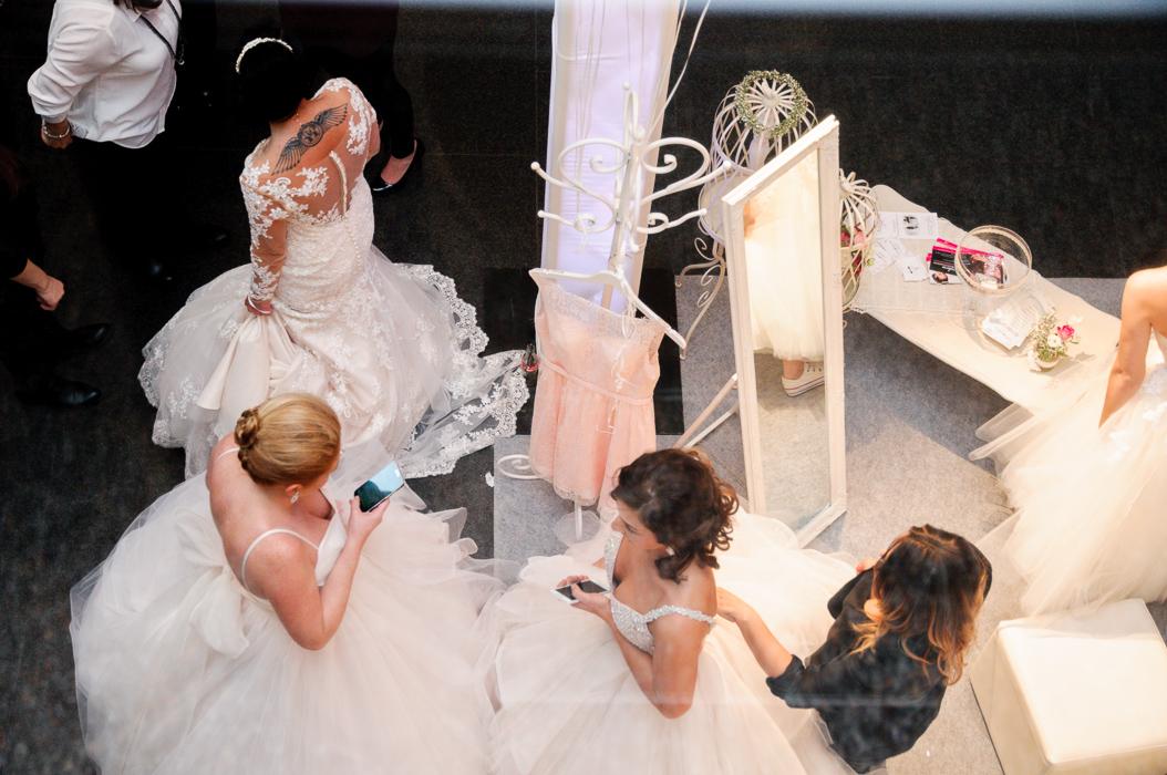 Braut Model machen sich fertig für die grosse Brautmodenshow. Die um 12 Uhr 14 uhr und 16 Uhr auf der Bühne  stattfindet.