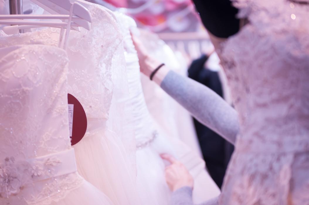 viele viele Brautkleider auf einer Kleiderstange. Eine sehr grosse Auswahl an Brautkleidern auf der Hochzeitsmesse.