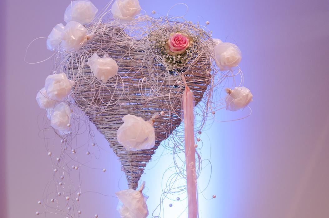 Eine Hochzeitdekoration für den Saal oder Kirche in Form eines Herzens.